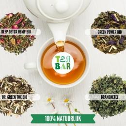⚠️Tip: Don't overdo your detox! Het drinken van vier tot zes koppen kruidenthee per dag, circa 1 liter,  is een goede en relaxte manier van ontgiften. Je nieren worden zo op een veilige manier getriggerd. Belangrijk, want het activeren van je organen moet je vooral niet te fanatiek aanpakken. Meer weten over veilig detoxen? Check de link in bio!   Bepaalde planten zoals yerba mate en groene/ zwarte thee bevatten cafeïne. In een periode van rust en reinheid adviseren we deze vooral voor 14.00 uur 's middags te drinken. 🧘🧘♂️  Detoxkruiden die ook een ontspannende werking hebben zoals pepermunt, salie en lindebloesem zijn ideaal voor 's avonds.   #originalteabar #detox #detoxthee #teatox  #greentea #teaandchill #greentox #tealover #tealovers #looseleaftea #ontgiften #healthylifestyle #healthytea #selfcare